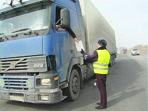 Водителя габаритного автомобиля останавливают сотрудники патрульной службы