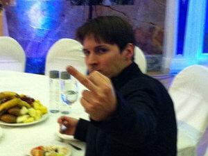 Павел Дуров показывает средний палец